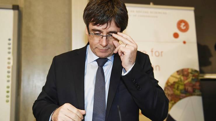 Dass Puigdemont aus dem belgischen Exil nach Spanien zurückkehrt, ist mehr als fraglich. Er müsste unbemerkt einreisen und sich ins Parlament einschleichen.