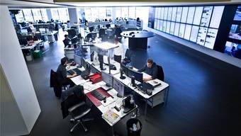 Im Newsroom in Aarau wird der Nachrichtenfluss gesteuert.