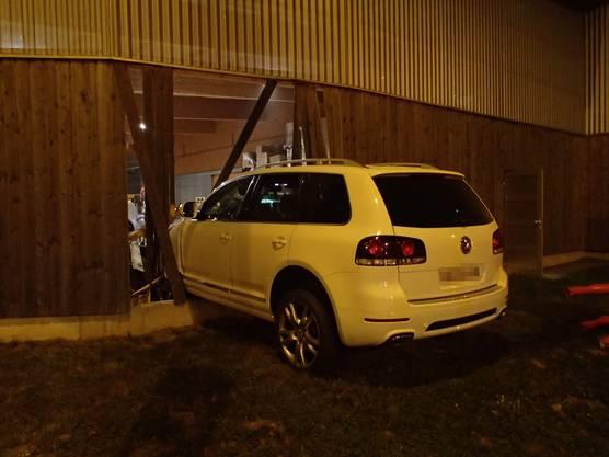 ... und prallte in eine Holzfassade eines Gebäudes, in der das Auto stecken blieb.
