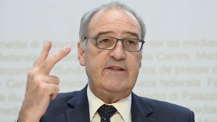 Wirtschaftsminister Guy Parmelin zieht am Freitag für den Bundesrat in den Abstimmungskampf vom 29. November gegen die Kriegsgeschäfte-Initiative.