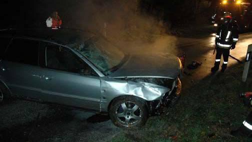 Der Autolenker ist alkoholisiert und verliert die Beherrschung über sein Fahrzeug.