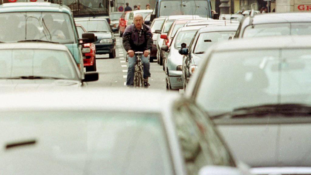 Staus in Agglomerationen besonders zwischen Autobahnanschluss und lokalem Verkehr betreffen oft alle Verkehrsteilnehmende. Der Bundesrat will nun die Verkehrsmittel besser vernetzen und dem Problem des überlasteten Verkehrs Abhilfe schaffen. (Symbolbild)