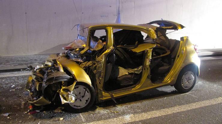 Das Auto wurde beim Unfall im Bözbergtunell übel zugerichtet.