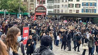 Auf dem Barfüsserplatz in Basel demonstrieren gegen 2000 Menschen gegen Rassismus.