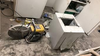 Unbekannte Täter verschafften sich Zutritt zum Hallenbad und brachen den Tresor auf.