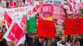 Teilnehmende der Grossdemo in Hamburg fordern mehr Lohn für Erzieherinnen und Sozialarbeiter