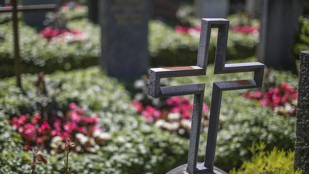 Die Zahl der Todesfälle ist gemäss dem Bundesamt für Statistik 2014 um rund 1000 auf 63'938 zurückgegangen. Nach wie vor stirbt ein Drittel der Menschen an Herzkreislaufkrankheiten. (Archivbild)