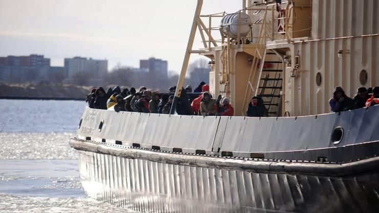 In Lettland sind 200 Menschen von einer Eisscholle gerettet worden.