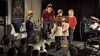 Wie geht die Geschichte weiter? Martina Schütze vom Improtheater «Tsurigo» lässt die Kinder entscheiden.