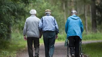Als Sanierungsmassnahme wird das Rentenalter von 63 auf 65 Jahre für Männer und Frauen erhöht. (Symbolbild)