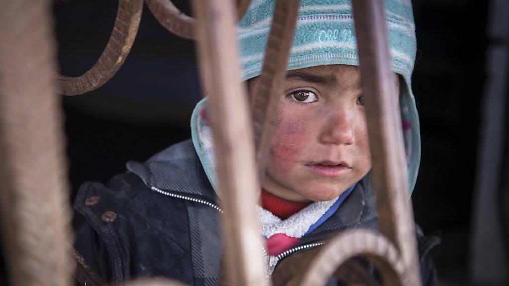 Kind versteckt sich mit seiner Familie in einer verlassenen Tankstelle in der nordsyrischen Provinz ar-Raqqa (Archiv)