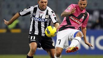 Juves Simone Pepe (r.) im Zweikampf mit Maurizio Domizzi