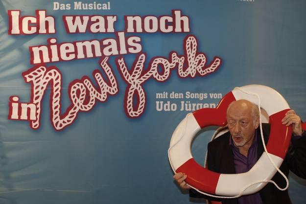 Karl Dall posiert vor der Weltpremiere des Musocals «Ich war noch niemals in New York» für die Medien. Das Musical basiert auf Liedern von Udo Jürgens, der von der Journalisten ebenfalls belästigt wurde.