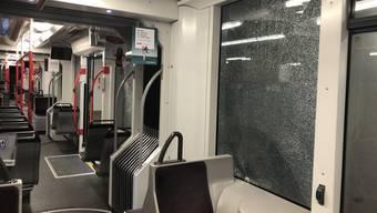 """Am Montagabend wurden mehrere Trams und ein Bus in Bern von Unbekannten mit Steinen oder ähnlichen Wurfgeschossen beworfen. Verletzt wurde bei der Attacke niemand. Die Polizei war sofort vor Ort. Es sei nicht das erste Mal, schon anfangs Jahr seien Fahrzeuge auf die gleiche Weise beschädigt worden. Mehr dazu heute um 18 Uhr in den """"TeleBärn News""""!"""