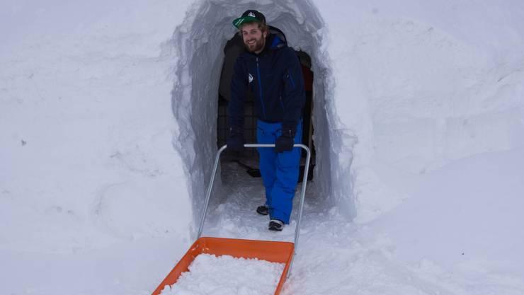 Marc Ruck hilft mit, in Gstaad ein Iglu-Dorf aufzubauen. Das gefällt ihm viel besser als sein früherer Bürojob.