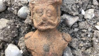 Ein Ritter mit Helm aus Ton: Mit solchen Figuren bereiteten sich Knaben im Mittelalter auf ihre Ausbildung zum Ritter vor. In Schaffhausen wurden solche Spielzeuge bei Ausgrabungen gefunden.