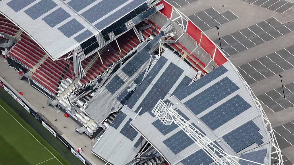 Das Dach des Stadions von Alkmaar wurde am Sonntag durch starke Winde teilweise zerstört