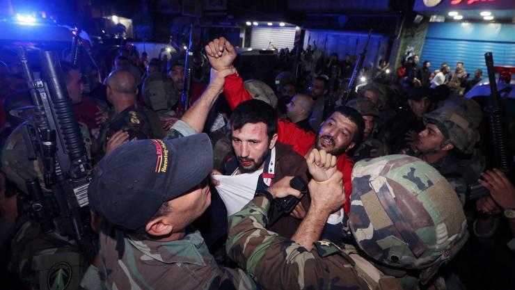 Libanesische Soldaten verhaften einen vermeintlichen Attentäter.