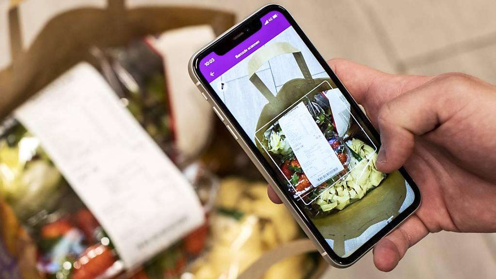 Ein freiwilliger Helfer erledigt einen Einkauf mit der «Amigos-App». Pro Senectute hält den Einkauf- und Lieferdienst für die ältere Bevölkerung aufrecht. (Archivbild)