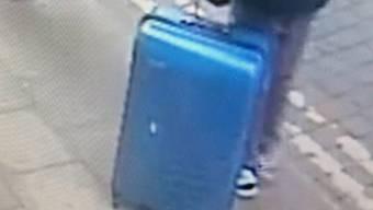 Die britische Polizei sucht nach diesem blauen Koffer - der Attentäter von Manchester war vor dem Anschlag mit dem Gepäckstück unterwegs.