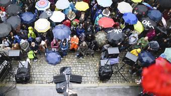 Schon am Mittwoch, als der britische Singer/Songwriter Passenger auf dem Berner Münsterplatz einen Vorgeschmack aufs Gurtenfestival gab (Bild), war's nasskalt. Das setzte sich am Donnerstag auf dem Berner Hausberg fort. Die Meteorologen versprechen ab Freitag Besserung.
