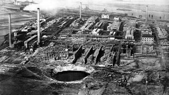 Der Krater auf dem Fabrikgelände.
