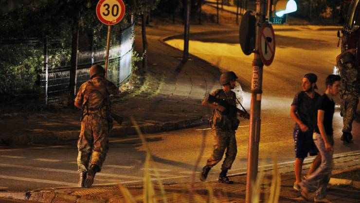 Türkische Soldaten auf den Strassen von Istanbul. Über der Stadt fliegen Kampfjets.