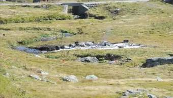 Rauch und Einsatzkräfte an der Absturzstelle beim Gotthard-Hospiz.