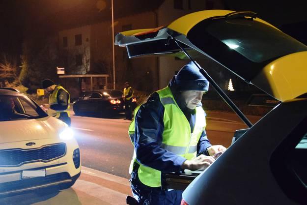 Es ist nach Mitternacht und kalt, der Verkehr ist rege: In Lupfig führen zwei Patrouillen der Regionalpolizei eine Verkehrskontrolle durch.