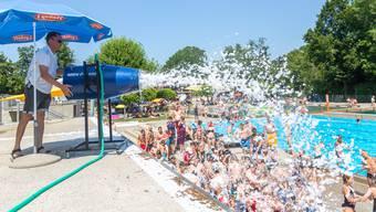 In der Badi Lenzburg kühlten sich Kinder am Mittwoch an einer Schaumparty ab.