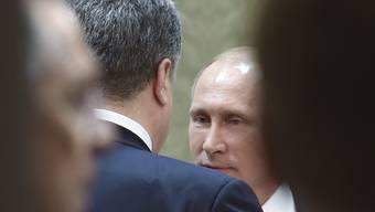 Wladimir Putin begrüsst den russischen Präsidenten Petro Poroschenko.