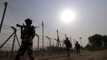 """Indische Grenzsoldaten an der """"Line of Control"""", die den indischen vom pakistanischen Teil Kaschmirs abtrennt. (Archiv)"""