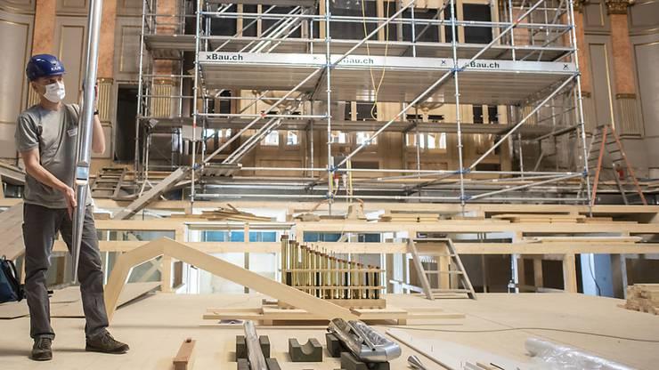 Mitarbeiter der Orgelbau Kuhn AG montieren die Pfeifen der neuen Orgel in der Zürcher Tonhalle.