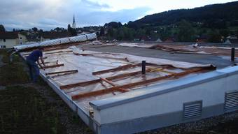 Breiteschulhaus Reinach: Das beim Sturm am 18. August 2006 abgedeckte Dach. Beim Orkan «Lothar» am 26. Dezember 1999 gab es keine Schäden. (Peter Züsli)