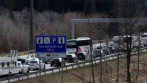 Osterrückreiseverkehr rollt zurück: Stau vor Gotthard und auf der A13