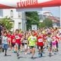 Nicht nur Erwachsene, auch 500 Buben und Mädchen rannten in verschiedenen Kategorien mit (im Bild die Kategorie U8).