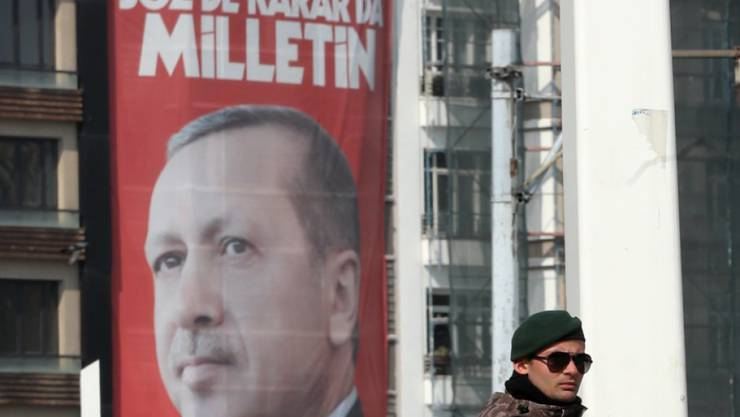 """Erdogan allgegenwärtig. Ein Riesenplakat des türkischen Staatspräsidenten Recep Tayyip Erdogan auf dem Istanbuler Taksim-Platz wirbt für ein Ja - """"Evet"""". Gemeint ist damit unter anderem die Zustimmung für das Verfassungsreferendum am 16. April, das Erdogans Machtbefugnisse ausweitet."""