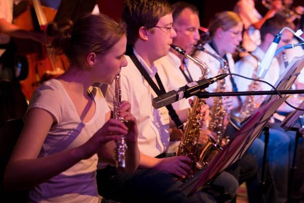 Rythmisch und lebendig präsentiert sich die FH Big Band