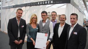 Das HESO-OK überreicht den ersten Preis Elisabeth und Theo Zbären aus Niederbipp