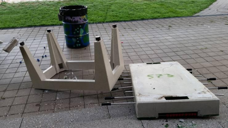 Zerstörung pur - hier wurde ein Tischfussballkasten komplett auseinandergenommen.
