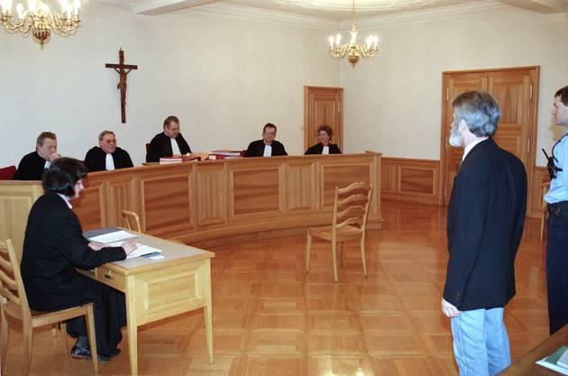 Walter Stürm steht im Februar 1995 vor dem jurassischen Kantonsgericht in Pruntrut, Schweiz. In erster Instanz wurde er hier zu drei Jahren Gefängnis verurteilt.