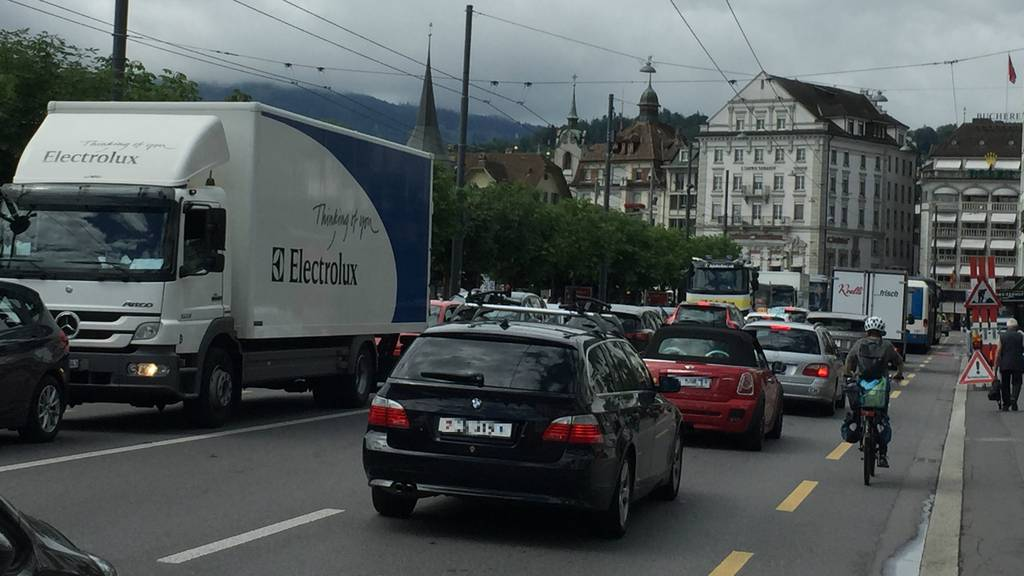 Autofahrer brauchen Geduld und Nerven: Lange Wartezeiten vor der Baustelle bei der Seebrücke.