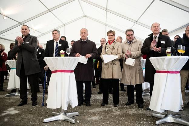 Von links nach rechts: Hans-Peter Wessels, Christoph Eymann, Johann Schneider-Ammann, Sabine Pegoraro, Urs Wuethrich und Anton Lauber beim Empfang.