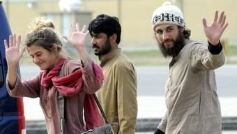 Glücklich, in Sicherheit zu sein: Das winkende Berner Polizistenpaar in Islamabad vor über einem Jahr in Islamabad (Archiv).