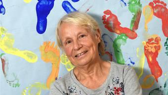 Mit 77 immer noch jung: Heidi Portmann vor ihrem Erinnerungsstück an einen Kindergeburtstag.