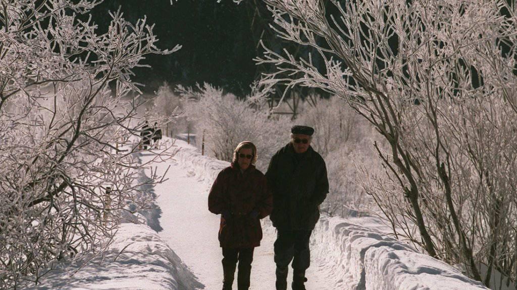 Ein Spaziergang in winterlicher Landschaft kann durch einen Sturz ein unschönes Ende nehmen. Die bfu und die Pro Senectute ermutigen Senioren, sich mit Übungen fit zu halten, um das Sturzrisiko zu  mindern. (Archivbild)