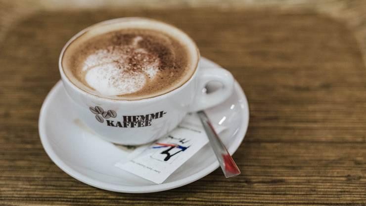 Pro Tasse koffeinfreiem Kaffee sind bis zu 8 mg Koffein zulässig. Ein gewöhnlicher Kaffee enthält bis 200 mg des Muntermachers. (Symbolbild)