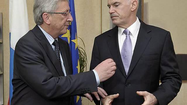 Jean-Claude Juncker (l.) begrüsst Griechenlands Regierungschef Giorgos Papandreou