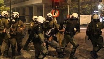 Sicherheitskräfte nehmen einen Demonstranten fest