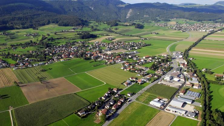 Im Vordergrund Matzendorf: Die Gemeinde will beim Kanton neue Gewerbebaufläche beantragen. Weiter hinten              die Gemeinde Laupersdorf, die die Chancen auf neues Land als gering einschätzt.